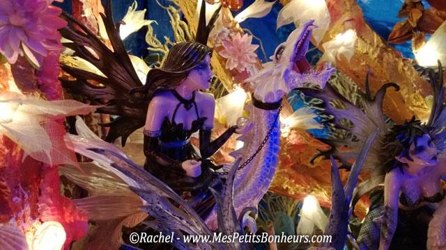 """La Grotte aux Lucioles : c'est un endroit féérique ! Un particulier et sa femme ont lancé ce concept il y a 14 ans pour offrir du rêve à ceux qui ont gardé leur regard d'enfant, en les faisant entrer dans un monde imaginaire décoré de mille lumières encastrées dans une ambiance de grotte aux nombreuses cavités, chacune recelant plusieurs personnages soigneusement mis en scène. """"Le dragon chevauché""""."""