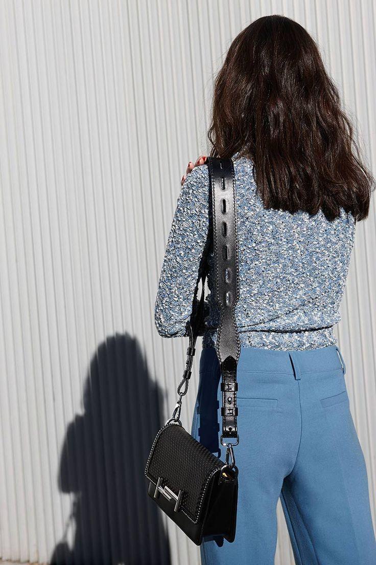 Jersey, de Loewe; pantalón, de Magpie; bolso y sandalias, de Tod's; gafas de sol, de Christian Dior.