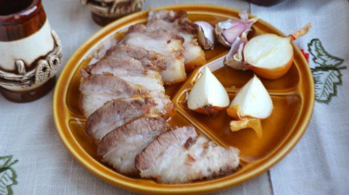 Аппетитная свиная грудинка, запеченная в духовке
