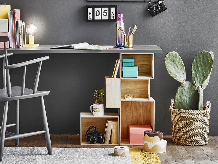 Trälådor är bra till mycket! I det här fallet som byggstenar till en annorlunda och praktiskt skrivbordshurts som är enkel att bygga själv.