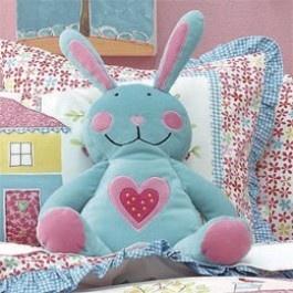Hiccups Konijn    Ontzettend lief blauw met roze konijn met roze hart op de buik. Dit zachte knuffelkonijn is een super kraamcadeau voor een pasgeboren meisje!