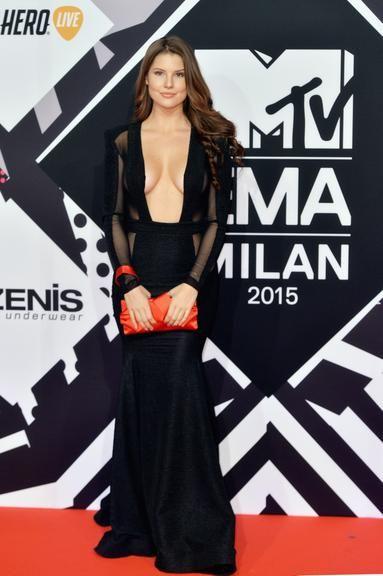 No EMA, modelo chama atenção por semelhança com Camila Queiroz e pelo decote ousado