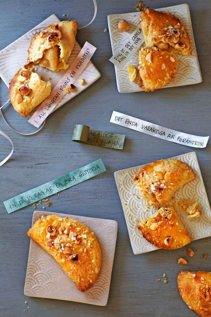 Baka in lyckoord inför det nya året i små mördegskakor med hasselnötter, perfekta till tolvslaget!