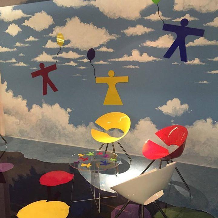 Una delle pareti della sala emozionale realizzata dal Neo Pop Artist Willow con applicati Leonardo e la Dama di Leonardo. Progetto FDR architetti