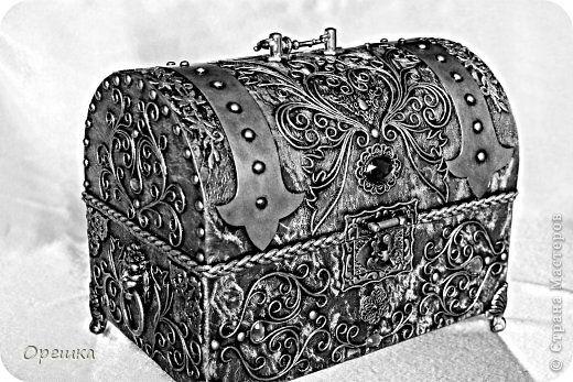 Поделка изделие Аппликация из скрученных жгутиков СУНДУК из картона В подарок  пейп- арт Салфетки фото 1