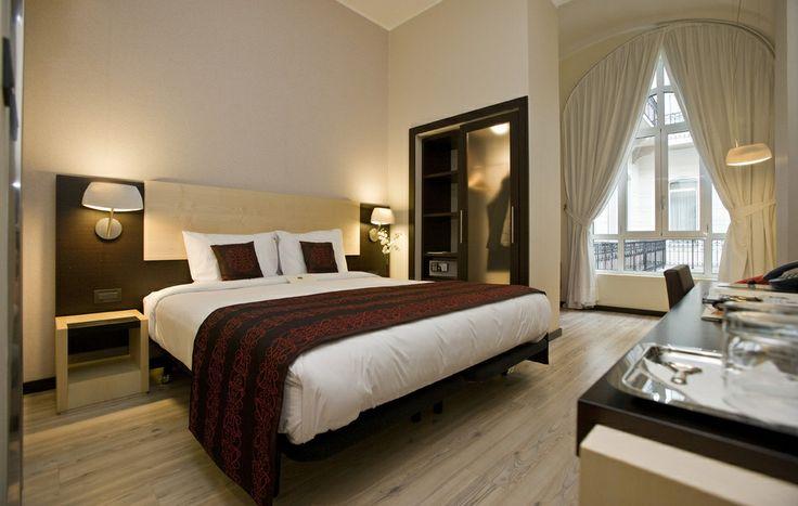 Una confortevole stanza matrimoniale dell'Hotel Parlament di Budapest