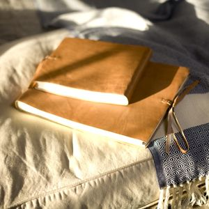 Album photo de Nkuku en cuir camel avec lacet. Il est composé de 26 pages en fibre de coton pour 104 photos en 6x4, 52 en 5x7 ou 8x6. Existe en coloris chocolat en moyen et grand modèle.