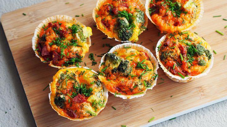 Eggemuffins er en slags miniomelett i muffinsform. De er perfekte å lage med restegrønnsaker du har liggende, eller med middagsrester. De kan fryses ned og tas med i matpakken så tiner de frem til lunsj. Passer godt både kalde og varme.     Oppskriften gir 12 store muffins.