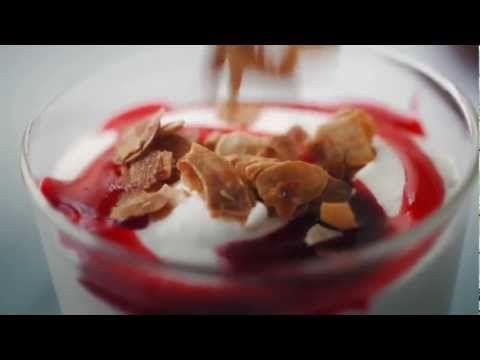 Quetsches tièdes à la crème montée et au caramel de framboises - YouTube