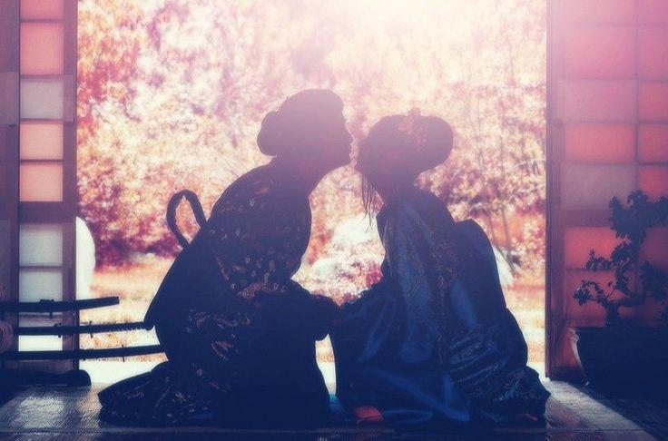 Свадьба в японском стиле – красивейшая, проводимая с учетом всех обрядов, но очень дорогая церемония. Раньше свадебный процесс проходил в доме будущего мужа, а сейчас разрешили молодым проводить свадьбу в специальных комплексах.