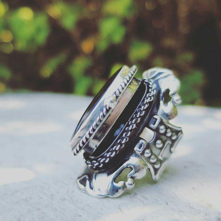 Avec le code venus16 profitez des frais de port offerts et de 15% de réduction sur l'ensemble de www.bague-poison.com Créatrice française travaillant l'argent massif et les pierres semi-precieuses. Une magnifique qualité et de merveilleux bijoux made in France. Trois tailles de 69 à 99€ (hors remise). #gothic #boho #boheme #ring #jewel #bijoux #bague #baguepoison #argent #silver #cristal #crystal
