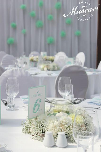 miętowe dekoracje na stoły z pastelowych kwiatów