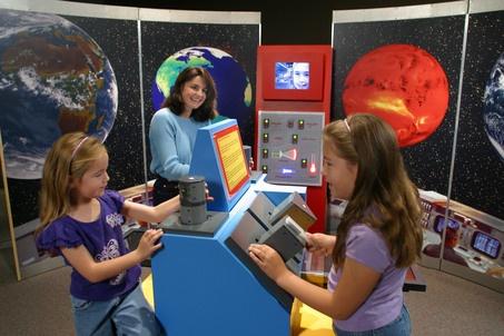 'Eyes on Earth' - Kalamazoo Valley Museum explores satellite technology  -  Classificação: 2 - Palavras-chave: TERRA, EDUCAÇÃO AMBIENTAL, INTERATIVIDADE - Justificativa: Outro exemplo de que a melhor maneira de educar é brincando. A obra interativa tem como foco o planeta Terra, e pode ter como tema, os períodos geológicos, a chuva de meteoros, a extinção dos dinossauros, etc.