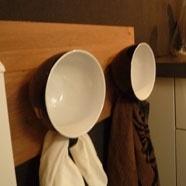 Handdoeken ophangen aan de oortjes van kopjes