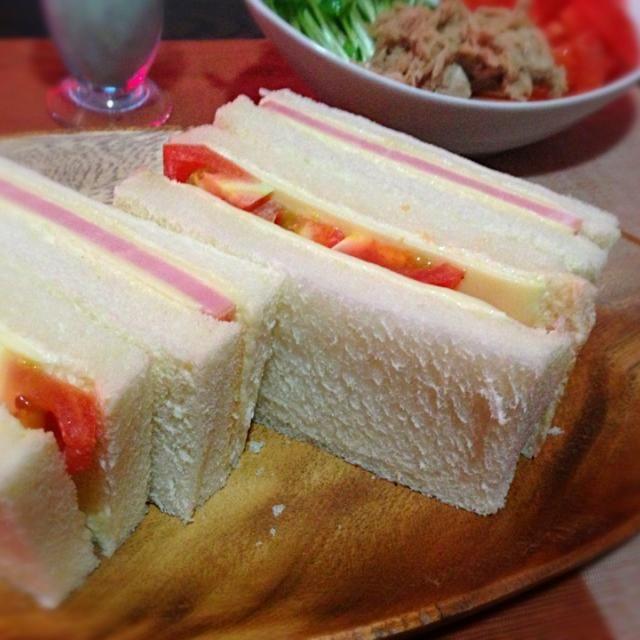 シンプルサンドイッチ。たまには朝食をしっかりとってみた - 72件のもぐもぐ - ハム&チーズ、トマト&チーズ by kedent17