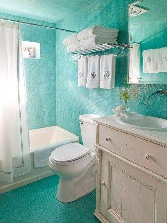 ห้องน้ำโทนสีขาว-ฟ้า… มีดีไซน์การออกแบบให้ตู้อ่างล้างหน้า  โถสุขภัณฑ์ และอ่างอาบน้ำให้อยู่เดียวกัน ทุกชิ้นล้วนเป็นสีขาว ในส่วนของชั้นวางผ้าขนหนู  ขอบกระจก และรางผ้าม่านเป็นอลูมิเนียมให้ความ โมเดิร์น