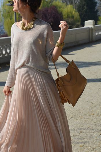 パステルピンクのロングスカート。シフォンの生地とロング丈で、うっとりするようなシルエットに♡シンプルなトップスにアクセサリーでスパイスを入れた上品なコーディネートです。