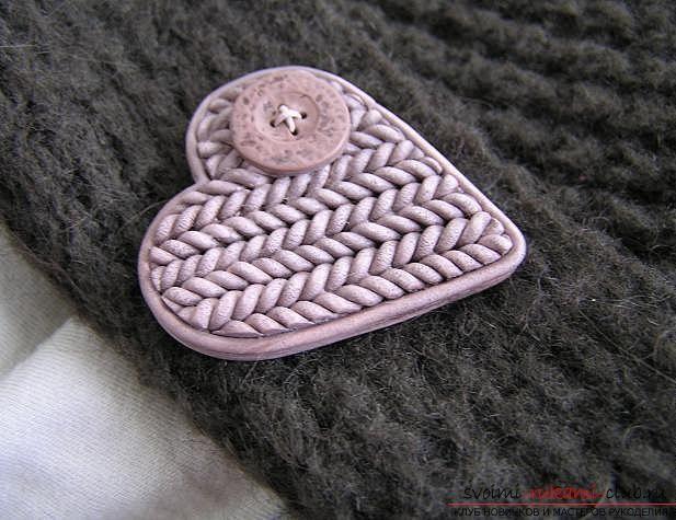 Как сделать брошь из полимерной глины в технике имитации вязания, пошаговые фото создания броши в виде сердечка с пуговкой. Фото №1