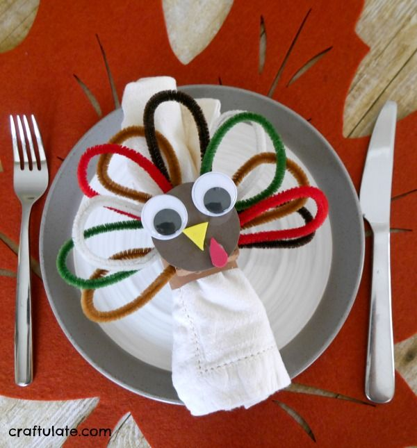 Pipe Cleaner Turkey Napkin Ring Craft - Thanksgiving craft for kids to make!