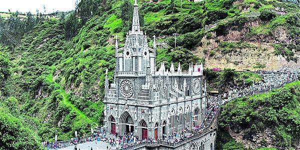 Un de las iglesias más hermosas de Colombia localizada cerca de la frontera con Ecuador.  Se llama Santuario de las Lajas, Ipiales.