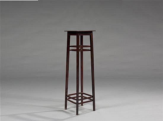 Josef HOFFMANN (1870-1956), attribué à Sellette en bois et vernis Hauteur : 108 cm