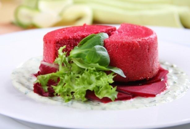 Spuma de sfeclă roşie – Un preparat inedit. Proaspăt scoasă din cuptor, ea este servită cu un sos cremos, preparat din iaurt, smântână şi ierburi aromate.