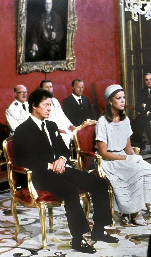 Les plus belles robes de mariée des mariages royaux http://www.vogue.fr/mariage/inspirations/diaporama/les-plus-belles-robes-de-marie-des-mariages-royaux/21058/carrousel#en-1978-caroline-de-monaco-pouse-philippe-junot-monte-carlo