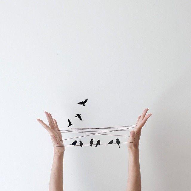 Peechaya Burroughs, une artiste australienne, partage quotidiennement sur son compte Instagram des scènes minimalistes et amusantes de sculptures qu'elle fait à la main ou grâce à Photoshop. Elle s'inspire de ses souvenirs et de son imagination d'enfant pour apporter une dose d'optimisme tous les jours.
