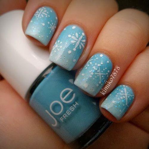 Бирюзовые, градиентные ногти с белыми снежинками