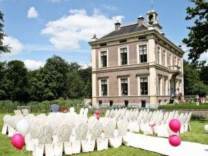Den Alerdinck is een prachtig kasteel in Laag Zuthem. Bij mooi weer is het mogelijk om buiten te trouwen in het prachtige park.