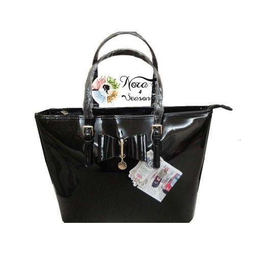 Λαμπερή shopper τσάντα ώμου, από συνθετικό λουστρίνι εξαιρετικής ποιότητας,με διακοσμητικό φιόγκο και λιλιπούτειο charm με το λογότυπο. Χρυσές λεπτομέρειες. Φοδραρισμένη πλήρως εσωτερικά με το λογότυπο της εταιρείας και με μία ευρύχωρη κυρίως θήκη με πρακτικές τσέπες  για να μεταφέρετε όλα όσα χρειάζεστε. Πολύ ιδιαίτερη τσάντα για να νιώθετε πάντα λαμπερή όλες τις ώρες της ημέρας! Χρώμα: BLACK Κωδ. L3339 Διαστάσεις: 45*30*12