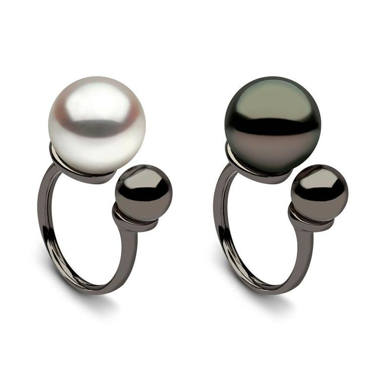 Yoko London Between-the-finger pearl ring in black and white gold, with black and white Tahitian pearls. Very modern design. Monochrome chic. Minimalist in fashion. http://www.thejewelleryeditor.com/jewellery/top-5/top-5-pearl-jewels-with-attitude/ #jewelry