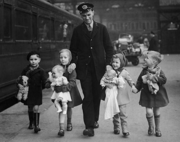 A Southern Railway porter with a group of evacuee children about to leave London, circa 1940. (Photo by Keystone/Hulton Archive/Getty Images)