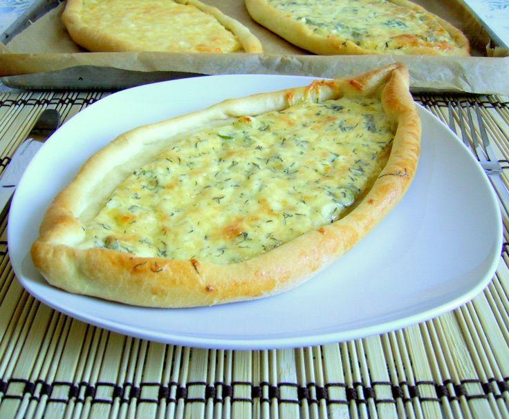Pide- pizza turceasca cu branza, cascaval si parmezan
