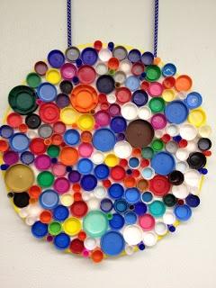 Kunst met kleurige dopjes.