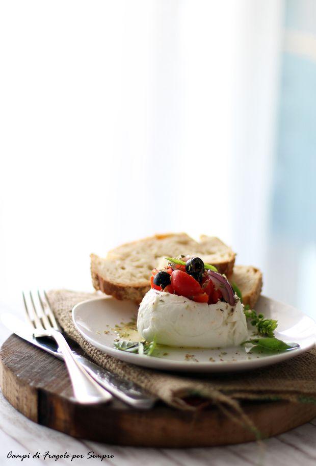 Mozzarella di bufala ripiena di olive, pomodorini e cipolla di Tropea