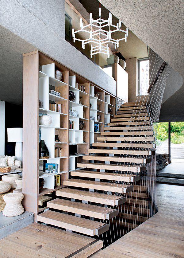 Une maison à la géométrie impressionnante - Des escaliers en bois