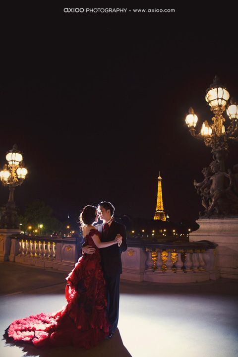 La Vie en Rose...first of all, her dress; second, those huge lamps; third, Eiffel Tower!!!