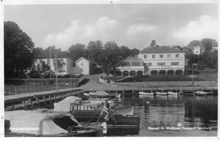 Åsgårdstrand med Grand Hotel. Pent stmp.1937. Utg A. Mathisen Åsgårdstrand er en by i Horten kommune i Vestfold. Det er også navnet på en tidligere selvstendig kommune og et ladested. Åsgårdstrand ligger ved Oslofjorden, omtrent ti kilometer sør for Horten sentrum og like langt nord for Tønsberg