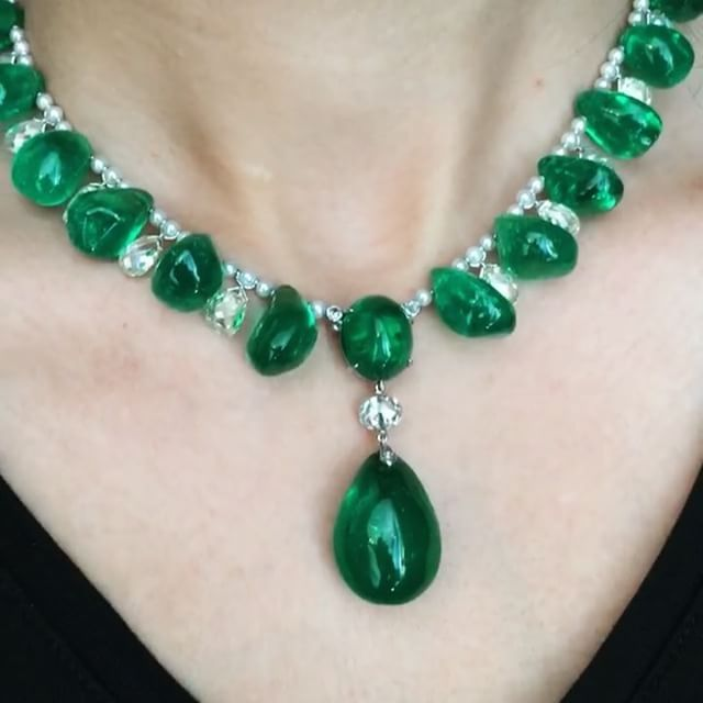 Masterclass in green!!! By Cartier. #tbt #springsales @cartier #cartier @christiesjewels @christiesinc #christiesjewels #christiesinc #christies #christies250 #emerald #diamond #pearl #necklace #earrings