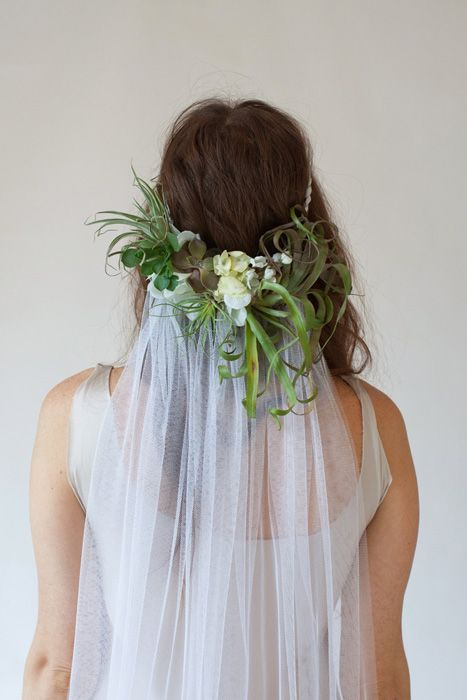 Nos encanta este velo con corona de #flores / Beautiful succulents & air plants make up this unique half crown & #veil combo