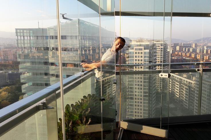 Ramon fotografiando las vistas desde un ático del edificio Illa de Mar de Barcelona para un reportaje para Sotheby's.