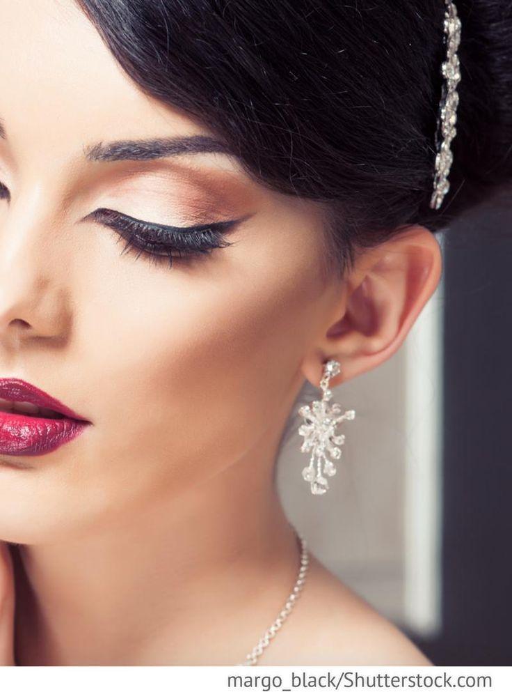 Braut Make up, geschwungener Eyeliner, sinnliche Lippen in rot für russische Hochzeiten