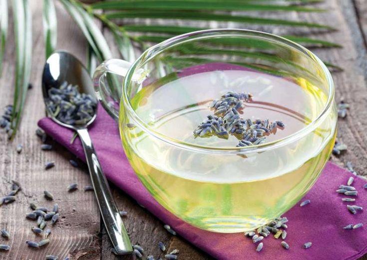 La tisana alla lavanda è un ottimo rimedio naturale per chi soffre di insonnia, in quanto calma e rilassa il sistema nervoso.