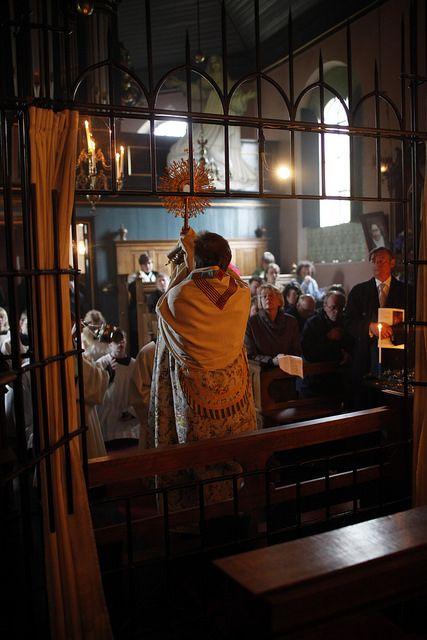 Pastoor Tjepkema geeft de zegen met het Allerheiligste