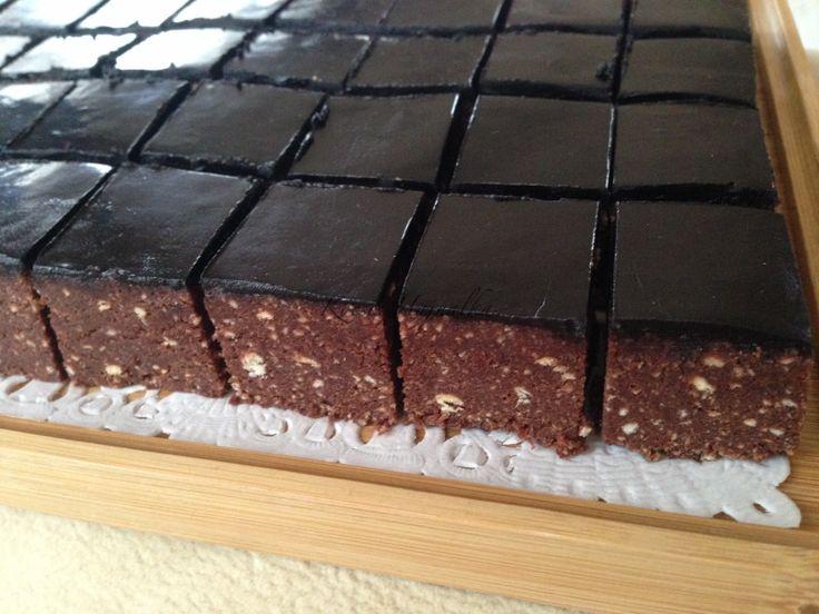 A keksz kocka sütés nélkül készül, háztartási kekszből kakaóval és csokival, igazi energiabomba. Jó édes