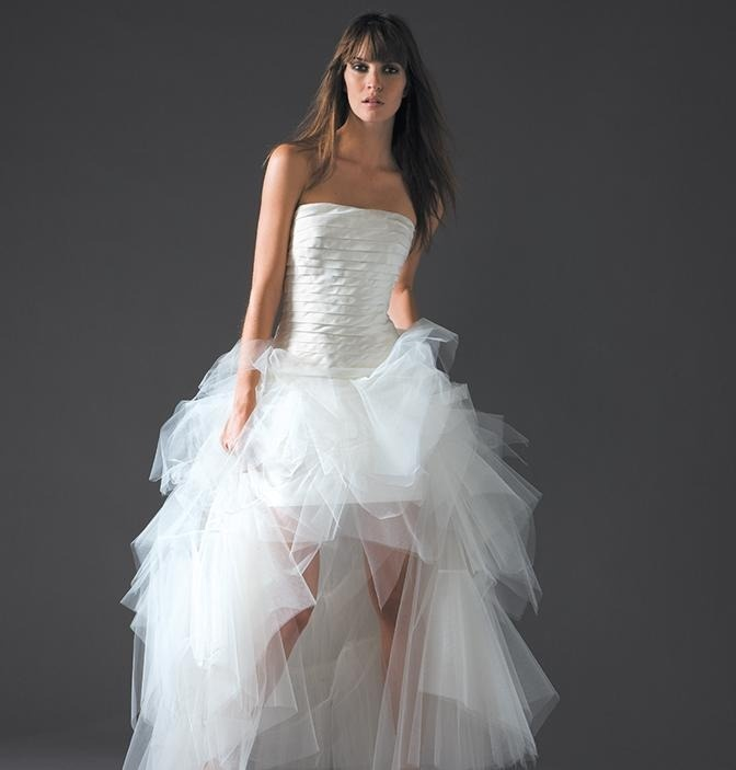 Tiulowa suknia ślubna z odkrytymi nogami.