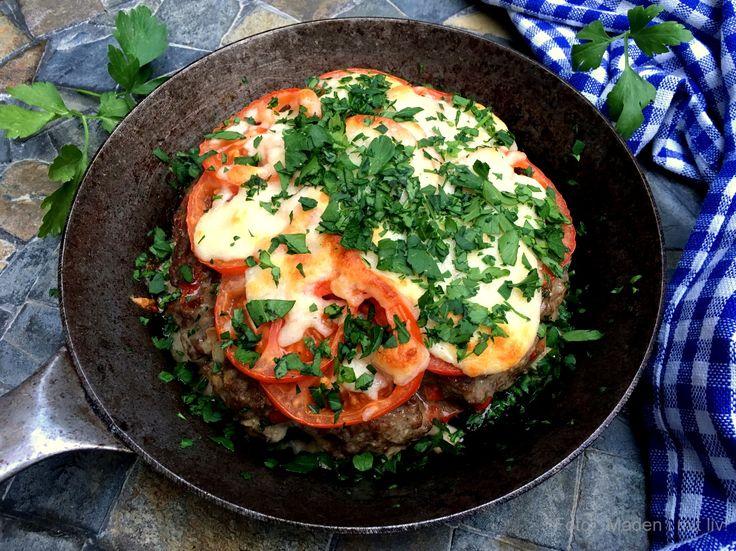 Super lækker pandebøf med ost og tomat. Nem at lave og garanteret et hit på de fleste middagsborde. Server med ristede kartofler og en god salat.