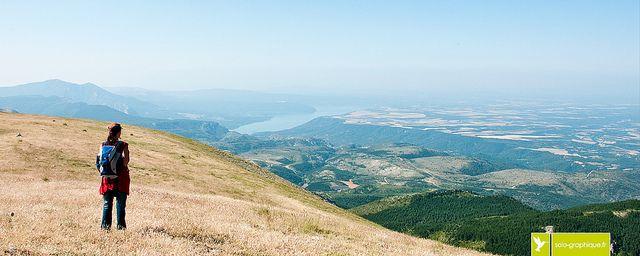 Sommet du Montdenier | Alpes de Haute-Provence, FRANCE Vue sur le Lac de Sainte-Croix et le plateau de Valensole. Randonnée - outdoor - hiking