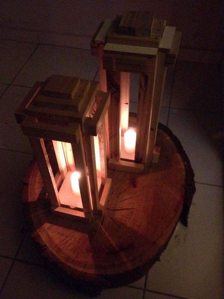 DIY (Do it Youself! - Faça você mesmo) Bem simples, começando com os materiais. São 8 ripinhas para a altura, no meu caso com 48 centímetros, 2 bases quadradas de 10×10, e 8 ripas para as laterais, com o mesmo tamanho da lado do quadrado da base, além de pedacinhos de madeira para decoração.